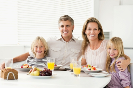 family-having-breakfast-at-tabel