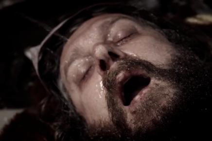 Un itinérant se fait pisser dans yeule dans le nouveau clip de KINGPARROT