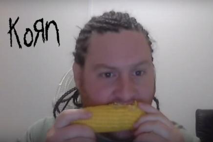 Manger du blé d'inde en écoutant duKORN