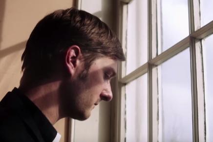 Un curé déprimé dans le clip deDEFEATER