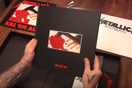 James Hetfield fait un unboxing
