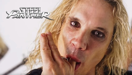 La fille de Michael Jackson dans SHE'S TIGHT de Steel Panther