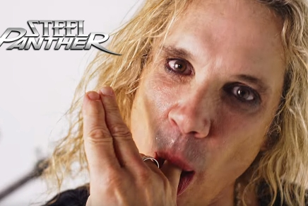 La fille de Michael Jackson dans SHE'S TIGHT de SteelPanther