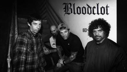 Voici BLOODCLOT, un supergroupe fronté par John Joseph des CRO-MAGS. D'la fuckingbombe.